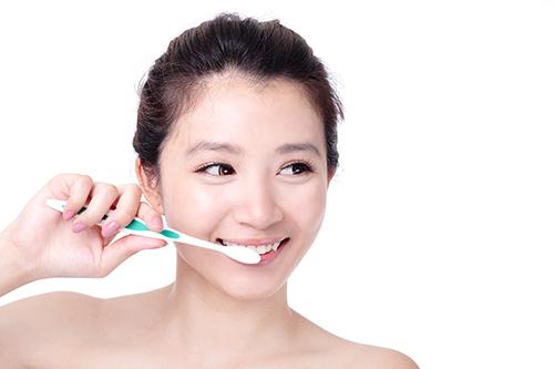 Vệ sinh răng miệng sạch sẽ giúp phòng tránh hôi miệng hiệu quả