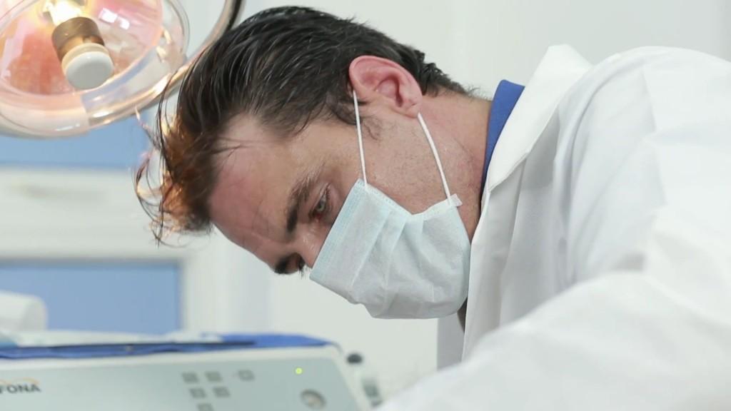 Bị tụt nướu răng điều trị thế nào