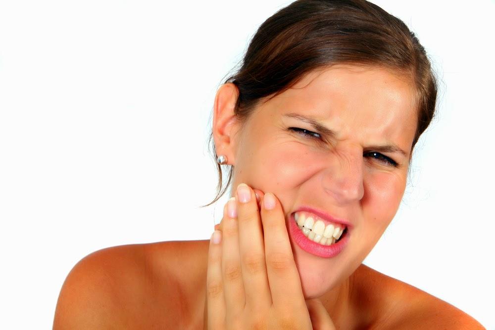 Nguy cơ tiềm ẩn từ việc lấy cao răng bị ê buốt