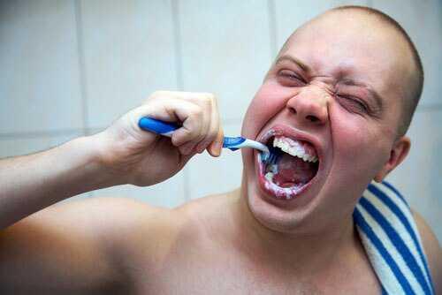 Tìm hiểu chi tiết từ A - Z về hiện tượng bị tụt lợi chân răng 2