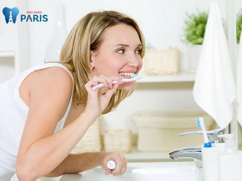 Vệ sinh răng miệng đúng cách sẽ ngăn ngừa tình trạng bà bầu bị sưng nướu răng