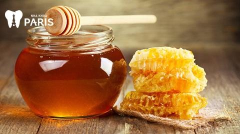 Tinh chất kháng viên, chống nhiễm trùng rất tốt của mật ong có thể giúp chữa viêm lợi