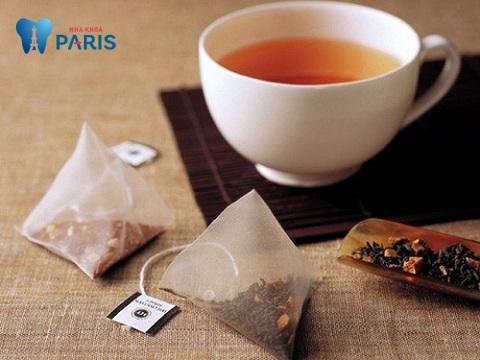 Chất tannic trong túi trà sẽ giúp giảm sưng đau vùng viêm lợi viêm chân răng